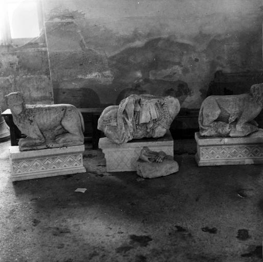 Trois fragments lapidaires, représentant deux lions accroupis, et un cavalier très fragmentaire, vus de face