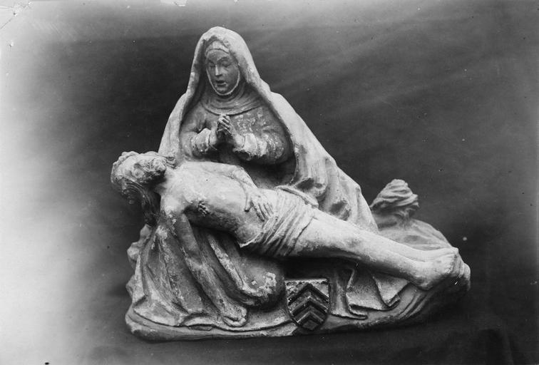 Groupe sculpté : Vierge de Pitié, pierre polychrome, fin du 15e siècle, provenant du presbytère, vue de face