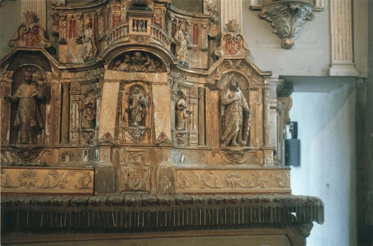 Tabernacle sur le maître-autel, contenant sept statues de saints personnages , bois peint et doré, 18e siècle, vu de face