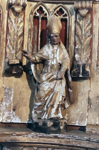 Tabernacle sur le maître-autel, contenant sept statues de saints personnages , bois peint et doré, 18e siècle, détail d'une statuette d'abbé ou d'évêque