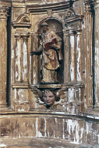 Tabernacle sur le maître-autel, contenant sept statues de saints personnages , bois peint et doré, 18e siècle, détail d'une statuette de moine lisant