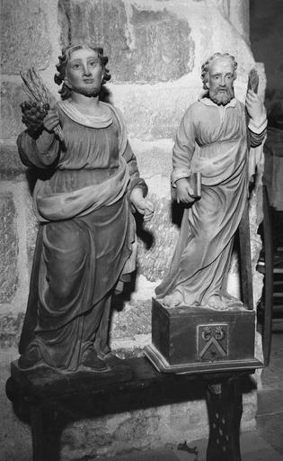 Deux statues : un saint tenant des épis de blé et une grappe de raisin et saint André, bois peint, 17e siècle, vues de face