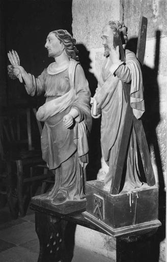 Deux statues : un saint tenant des épis de blé et une grappe de raisin et saint André, bois peint, 17e siècle, vues par la droite