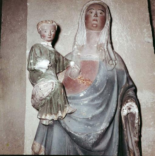Statue : Vierge à l'Enfant, pierre, 15e siècle, détail de la partie supérieure de l'oeuvre, vue de face
