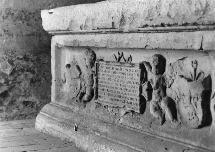 Tombeau de Pierre de Bonnay, mort en 1583 et d'Anne de Bigny, sa femme, pierre et marbre, 16e siècle, orné de deux angelots tenant une épitaphe flanqués d'écussons, vu par la droite