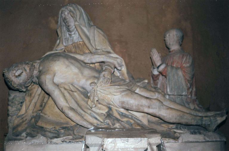 Groupe sculpté : Vierge de Pitié, avec le donateur en prière sur le côté, pierre peinte, vu de face, après dépoussiérage et avant travaux