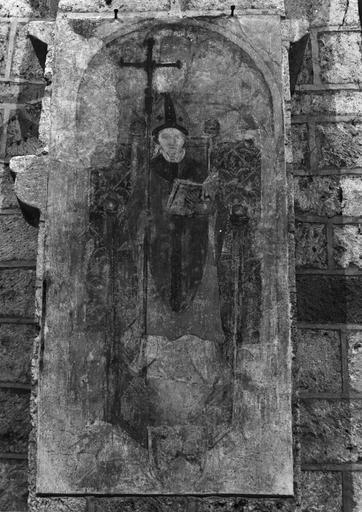 Peinture monumentale, 15e siècle, sur les piliers de la nef, représentation d'un évêque lisant