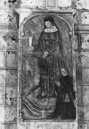 Peinture monumentale, 15e siècle, sur les piliers de la nef, représentation d'un homme tenant une coupe, flanqué d'un personnage, peut-être un donateur, en prière