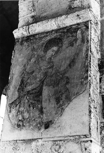 Peinture monumentale, 15e siècle, sur les piliers de la nef, représentation d'un ange tenant un philactère s'adressant à un enfant