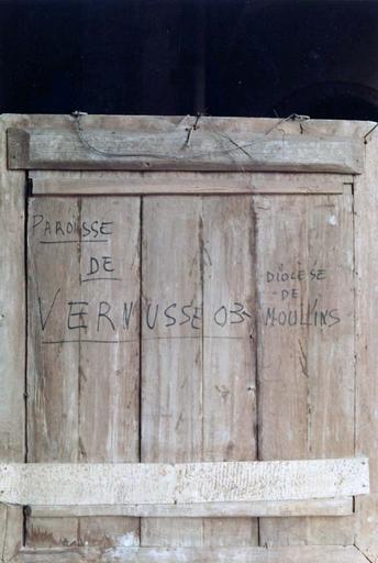 Tableau : Le Christ entre la Vierge et saint Jean, panneau peint sur bois, 16e siècle, provenant du maître-autel, détail du revers avec inscription: «paroisse de Vernusse 03, Diocèse de moulins»
