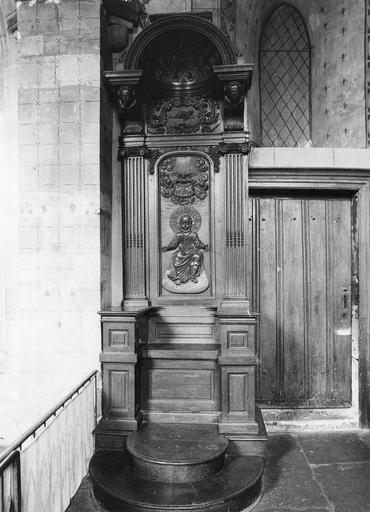 Chaire curiale, bois sculpté, 16e siècle, ornée d'un motif de Christ imberbe trônant dans les cieux surmonté par un motif de gloire, vue de face