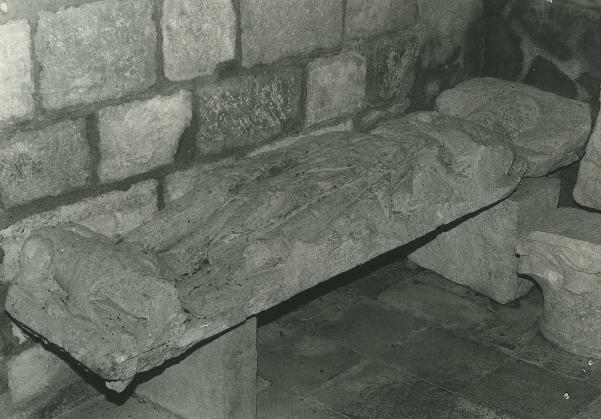 Haut-relief (gisant)