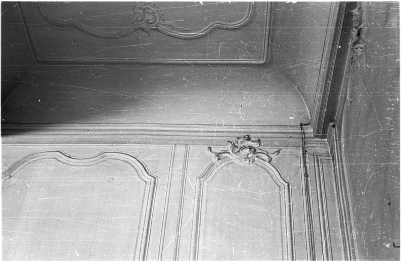 Intérieur : décor de gypserie au plafond et au mur