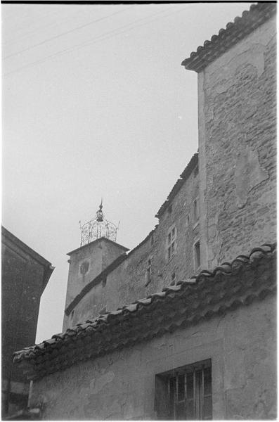 Clocher du beffroi et façades de maisons en pierre