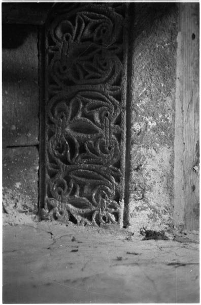 Intérieur : chapiteau à dessin géométrique et floral