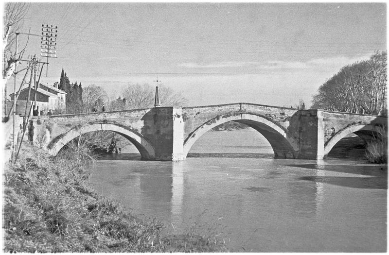 Pont ancien à arches