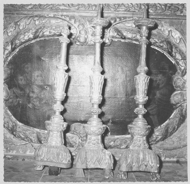 autel, retable, chandeliers: détail