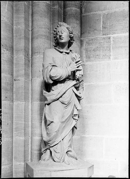 Calvaire: statue de saint Jean Evangéliste