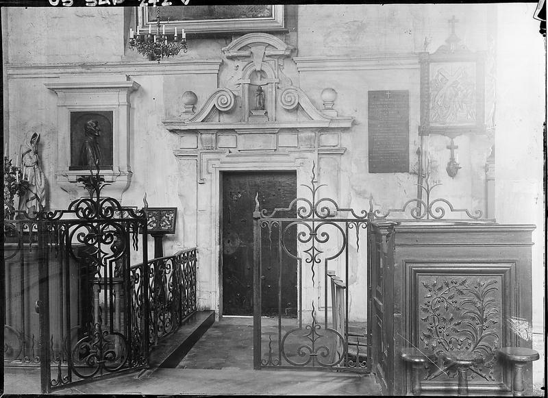 Intérieur : porte de la sacristie