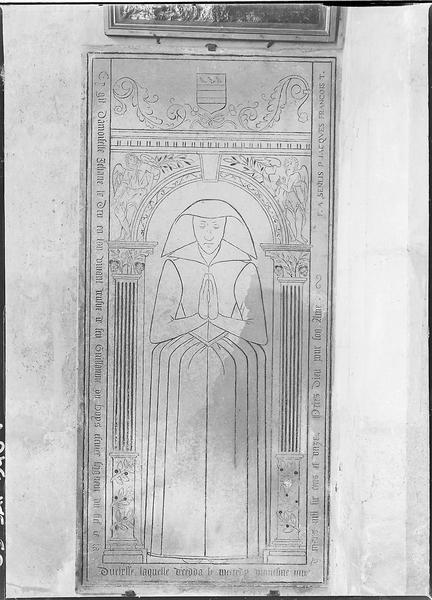 Dalle funéraire de damoiselle Jehane Le Dru, veuve de Guillaume Du Bois : plaque gravée à effigie