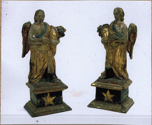 Deux statuettes d'anges portant des cornes d'abondance