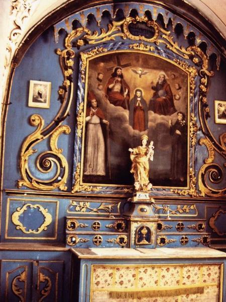 Autel latéral sud : autel, gradins, tabernacle, retable à dais à lambrequins et tableau d'autel : la Trinité et la Vierge entre saint Claude et saint Antoine de Padoue