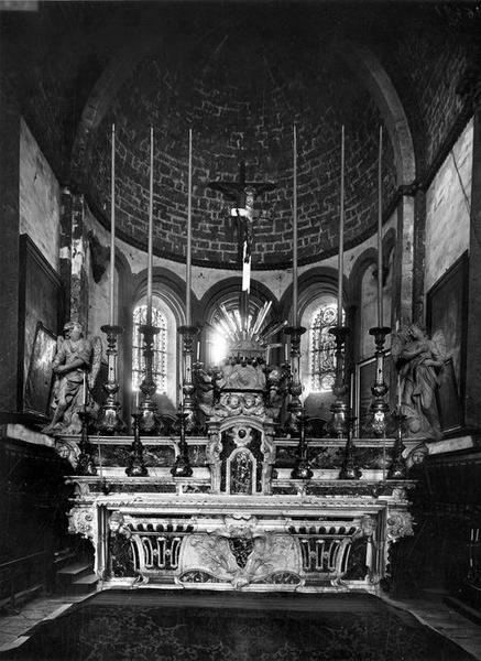autel et tabernacle du maître-autel; croix, chandeliers d'autel (garniture du maître-autel), vue générale