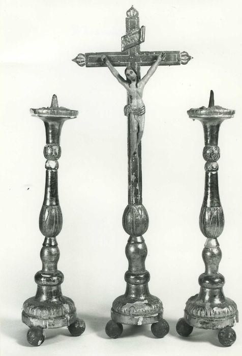 Garniture d'autel : 2 chandeliers d'autel ; croix d'autel