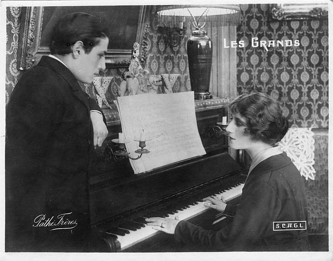 Simone Frévallès au piano et Maurice Lagrenée debout dans 'Les Grands' de Georges Denola (Pathé,SCAGL)