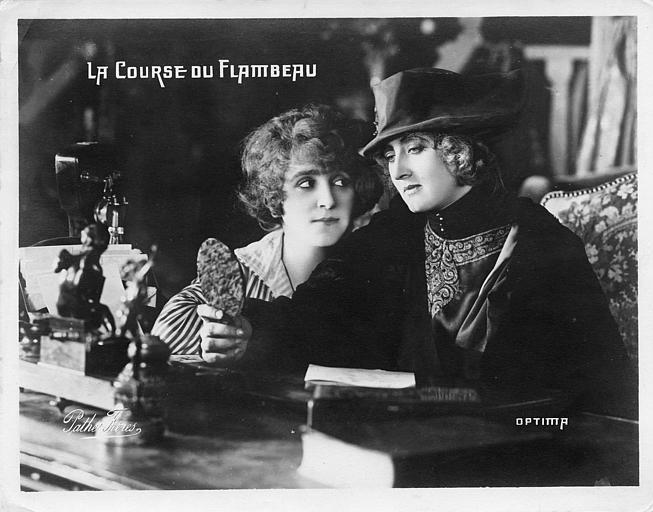 Deux femmes assises dont Suzanne Delvé s'admirant dans un miroir dans  'La course du flambeau' de Charles Burguet (Pathé,OPTIMA)