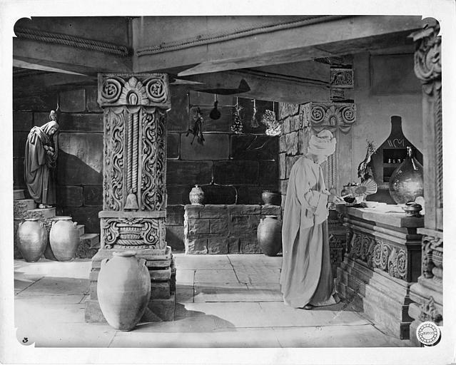 Deux hommes dont Roger Karl dans une cave orientalisante dans 'Le coffret de Jade' de Léon Poirier (Gaumont)
