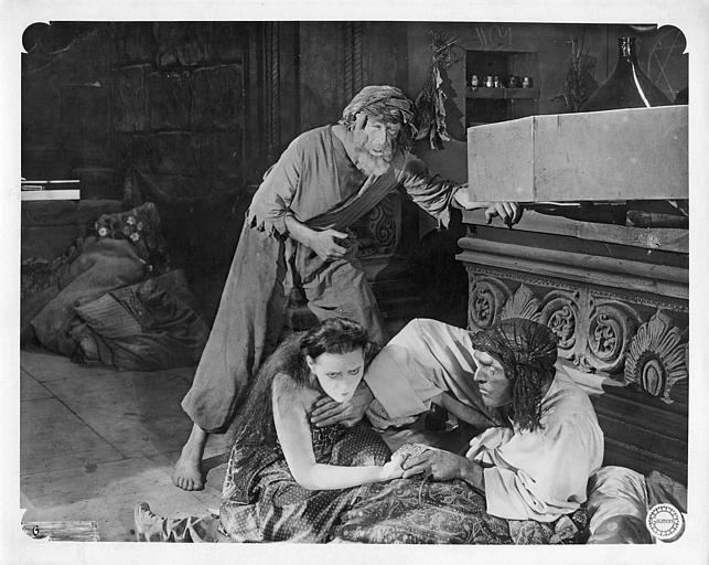 Deux personnages au sol et un vieillard debout  : Daniel Mendaille, Laurence Myrga et Gaston Michel dans 'Le coffret de Jade' de Léon Poirier (Gaumont)