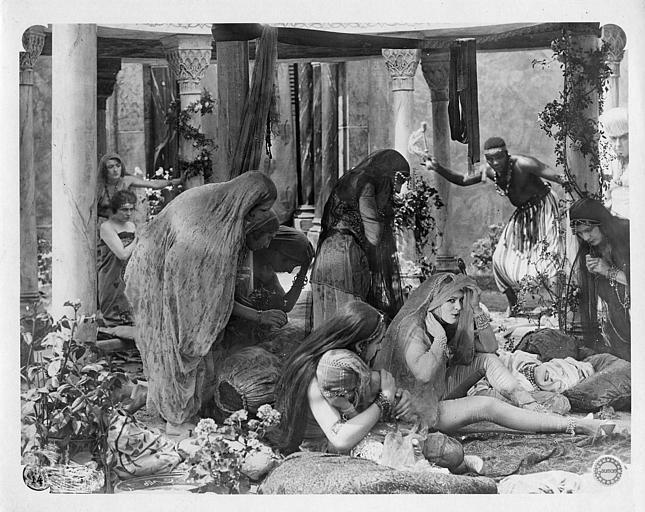 Harem autour d'un homme à l'agonie dans un intérieur orientalisant : Laurence Myrga dans 'Le coffret de Jade' de Léon Poirier (Gaumont)