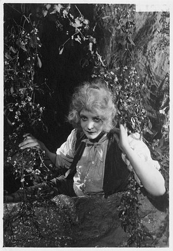 Laurence Myrga se cachant dans la végétation dans 'Jocelyn' de Léon Poirier