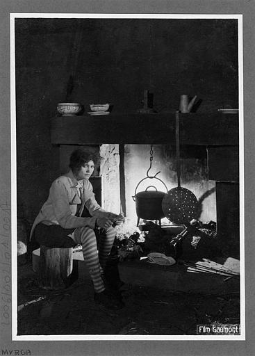 Laurence Myrga près d'une cheminée dans 'L'affaire du courrier de Lyon' de Léon Poirier (Gaumont)