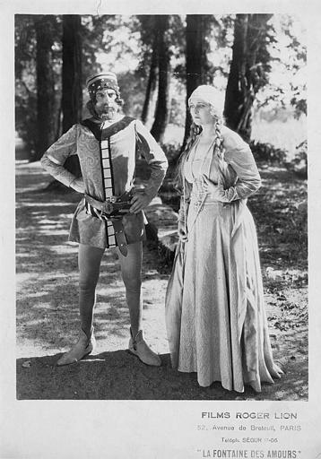 Jean Murat dans les rôles d'Ângelo Coelho ou de Pedro (King of Portugal) et Gil Clary dans les rôles de Josefa Perez ou d'Inês de Castro sont debout en costumes médiévaux dans une forêt dans 'La fontaine des amours' de Roger Lion (Roger Lion)