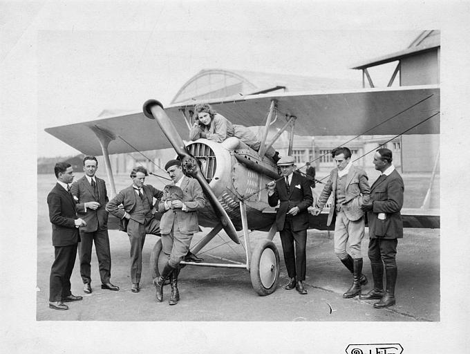 Personnages autour d'un avion bi-plans (Dal Film)