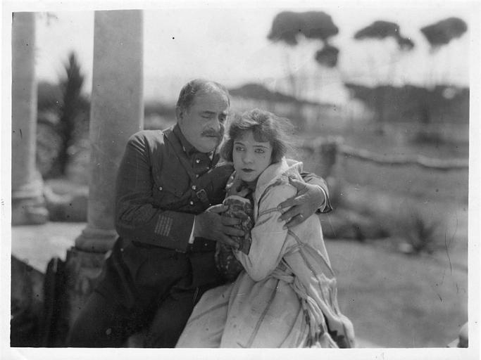 Henri Etiévant en uniforme serrant dans ses bras Choura Milena dans 'La châtelaine du Liban' de Marco de Gastyne