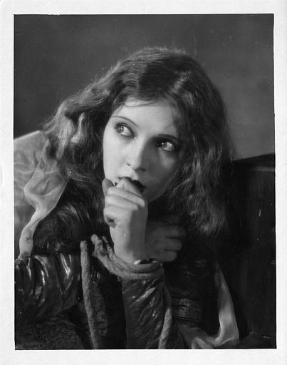 Portrait d'une jeune femme se mordant le poing