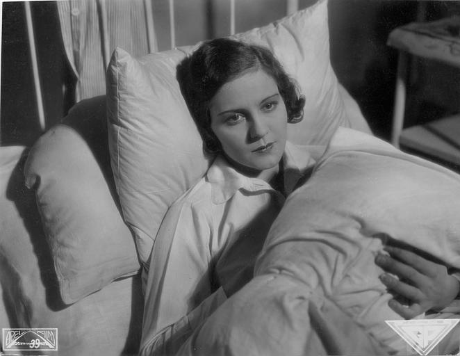 Renée Héribel au lit dans le rôle d'Angélique Laumain dans 'Narkose' d'Ernst Garden et  Ernst Garden (Abel film, Film GP)