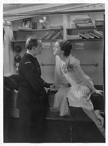 Un couple dans une cabine : Nina Vanna est Jeanne et Jean Bradin joue le Lieutenant d'Artelles dans 'Veille d'armes' de Jacques de Baroncelli