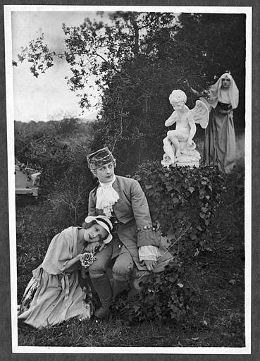 Jeune femme assise sur un muret de pierre avec deux colombes