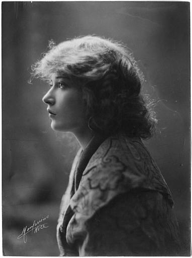 Edith Jehanne dans le rôle d'Odette de Lavardens dans 'Rouletabille chez les Bohémiens' d'Henry Fescourt