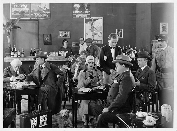 Maria Dalbaicin et José Davert dans un café rempli de monde dans 'La grande amie' de Max de Rieux