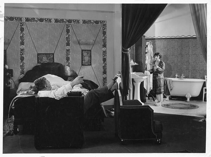 Discussion entre José Davert assis dans un fauteuil et Maria Dalbaicin dans sa salle de bain dans 'La grande amie' de Max de Rieux