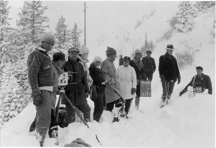 Equipe de tournage en extérieur dans la neige dans 'Hara-Kiri' d'Henri Debain et Marie-Louise Iribe