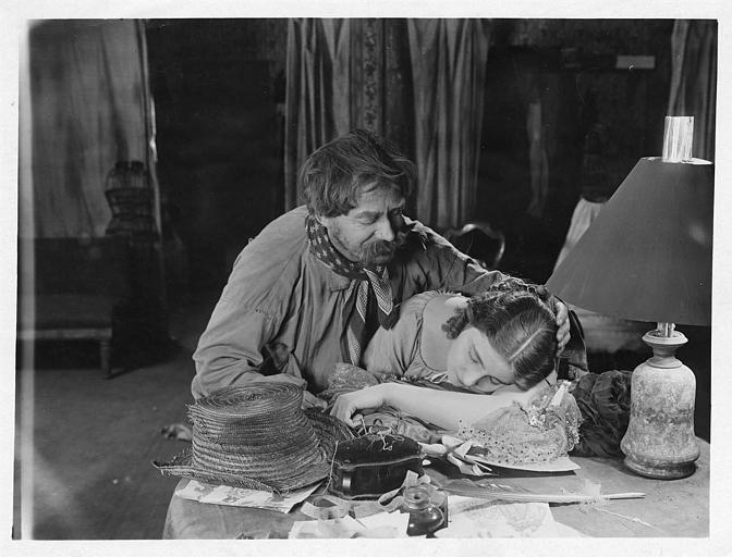 Hélène Darly jouant Marie Didier endormie sur sa couture avec un homme lui caressant les cheveux dans 'Le chiffonnier de Paris' de Serge Nadejdine