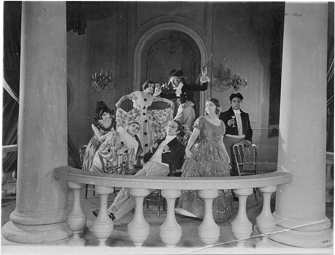 Petite fête sur un balcon autour d'Hélène Darly qui inteprète Marie Didier dans 'Le chiffonnier de Paris' de Serge Nadejdine