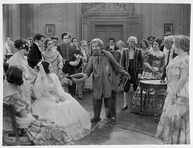 Dans un salon aristocratique, un homme mendiant au milieu du mariage d'Hélène Darly interprétant Marie Didier dans 'Le chiffonnier de Paris' de Serge Nadejdine