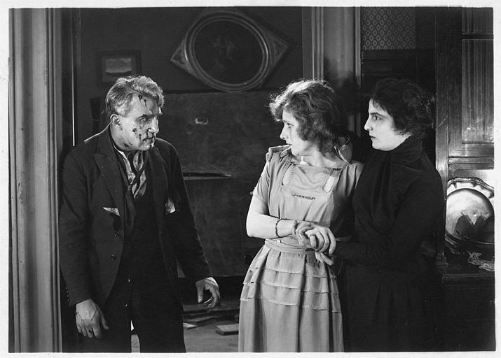 Une homme au visage ensanglanté terrifie deux femmes dont Hélène Darly
